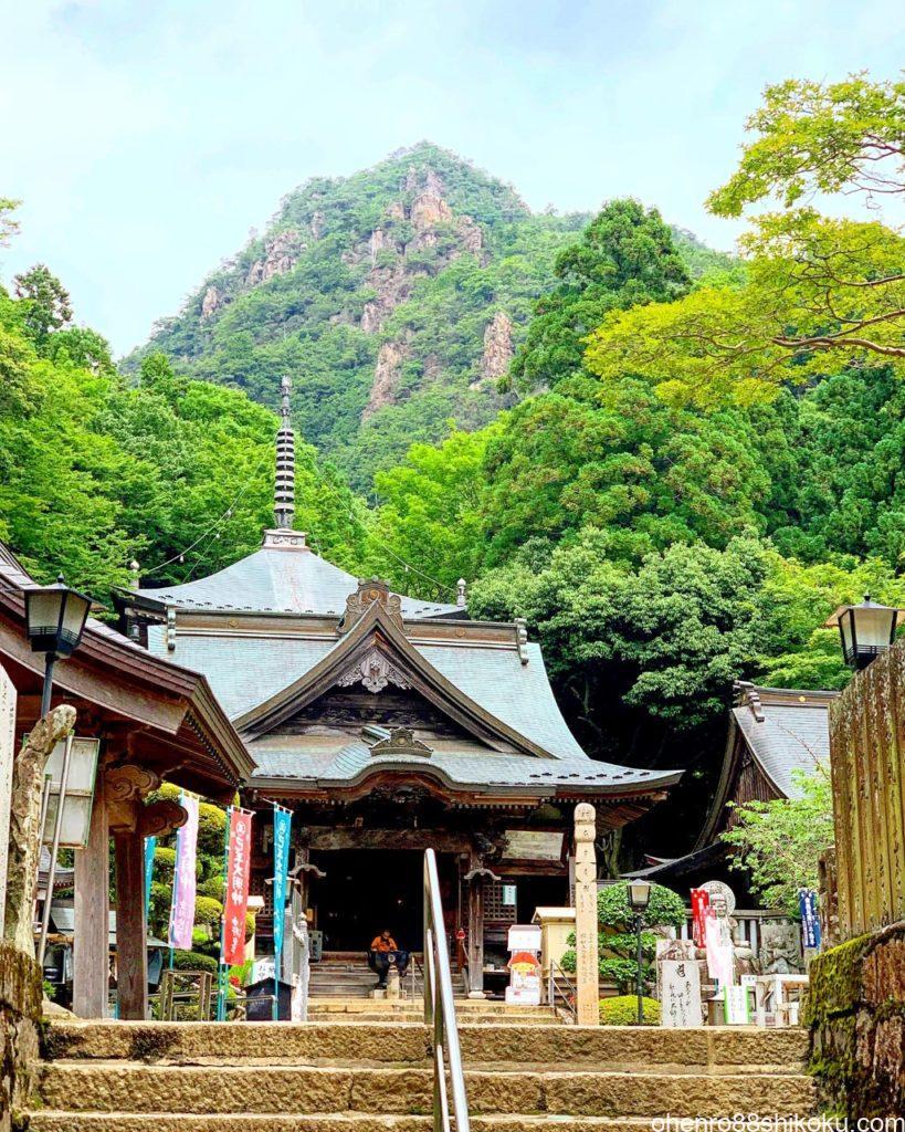 大窪寺本堂と女体山