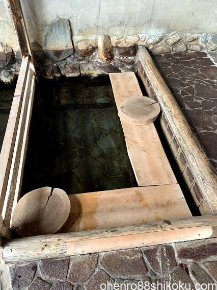 株湯の足湯