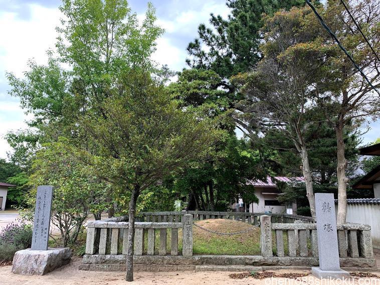 白鳥神社の鶴塚