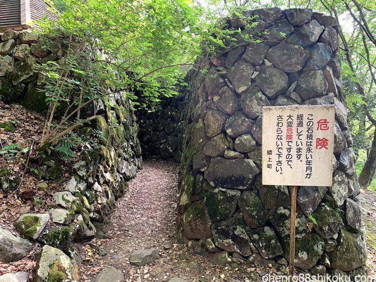 高鉢山にある【日本三大風穴】・飛行機の滑走路が一望できる【高山航空公園】