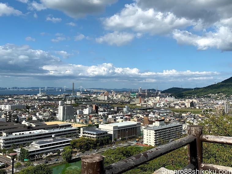 丸亀城から瀬戸大橋